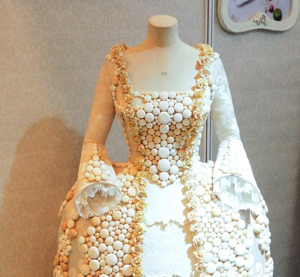 платье изготовлено из 1500 пироженных